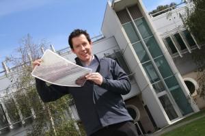 Dr Scott Watkins mit einem flexiblen Solarzellen-Blatt. Foto: CSIRO
