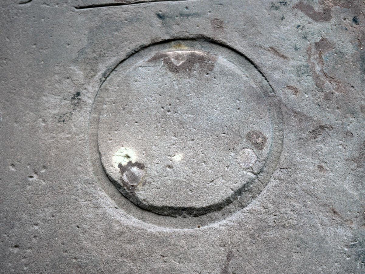 Grabplatte mit Fassung für originales Medaillon