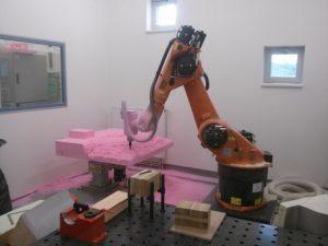 Roboter KUKA KR60 fräst einen Teil des Polystyrol-Modells aus